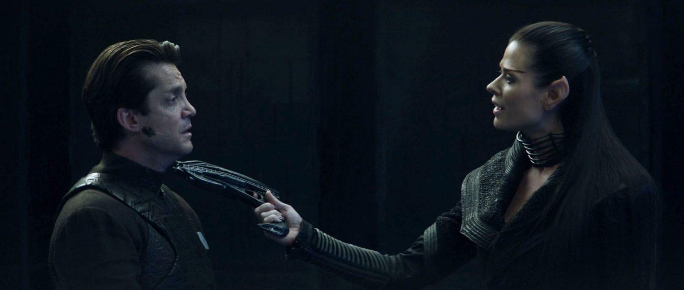 Narissa holding a gun to Hugh's throat. - STPC 011 - Star Trek: Picard - S1E7 Nepenthe (06:17)